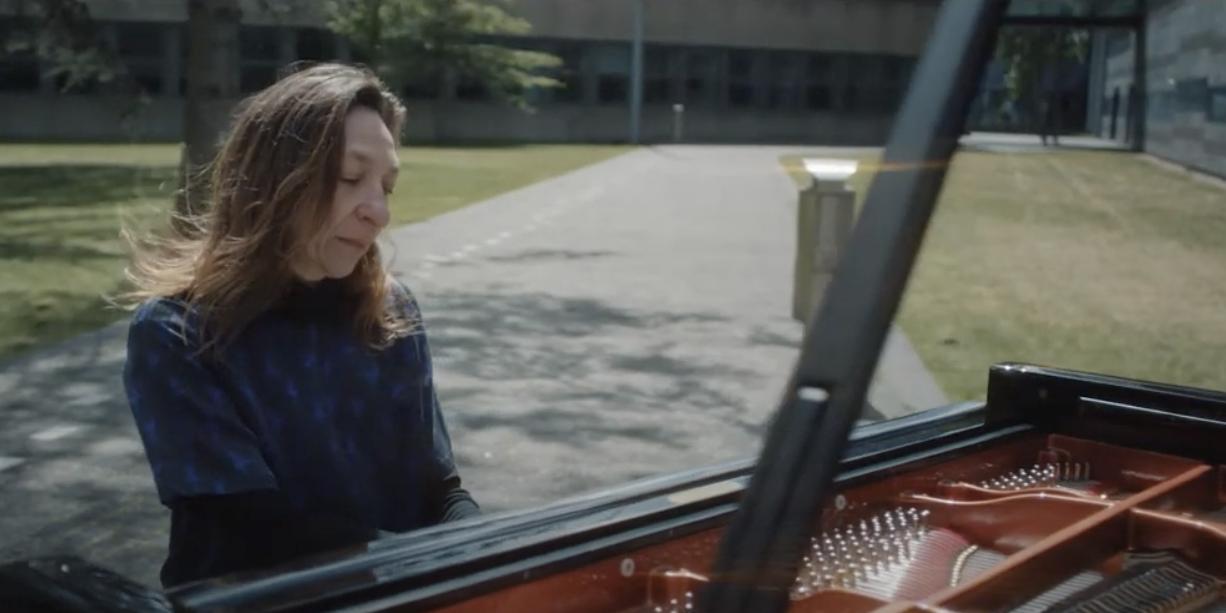 Calliope Tsoupaki overbrugt de afstand in social-distancing-tijd met videoclip en nieuw pianostuk